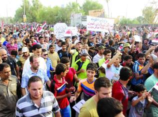 """العراق .. التظاهرات الغاضبة تجبر """"العبادي"""" على إلغاء المخصصات الاستثنائية وفتح ملفات الفساد"""