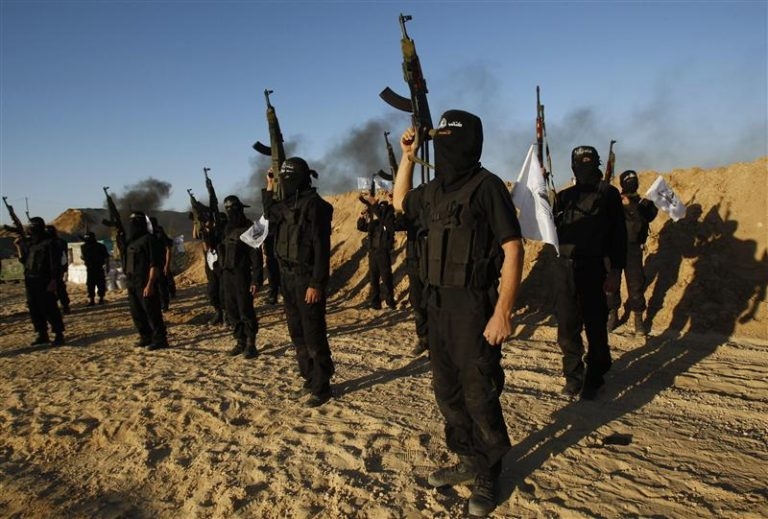 Palestinian militants from Al-Ansar brigade take part in a training session in Khan Younis in the southern Gaza Strip January 13, 2011. Palestinian militant leaders in the Gaza Strip promised on Wednesday to stop firing rockets against Israel after Egypt warned that any further shootings may prompt another war, officials said. REUTERS/Ibraheem Abu Mustafa (GAZA - Tags: POLITICS CIVIL UNREST)