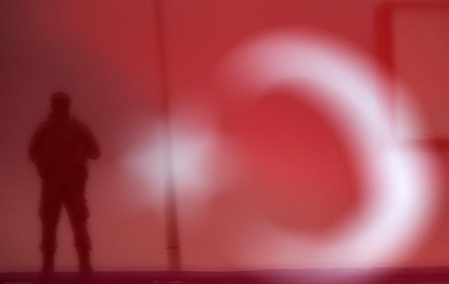 TurkeySoldierFlagRTX1TT7Y-639x405