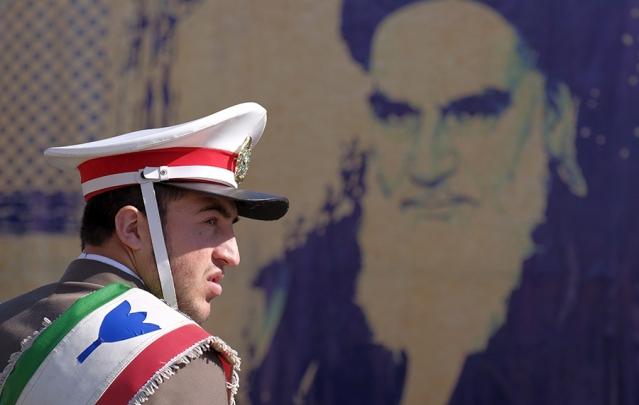 على دونالد ترامب أن يعزل إيران فوراً