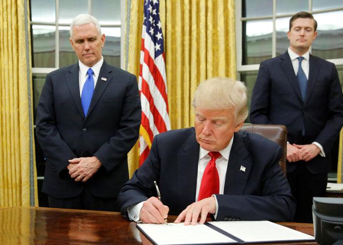 إدارة البيت الأبيض تتخبط في الفوضى بعد استقالة فلين