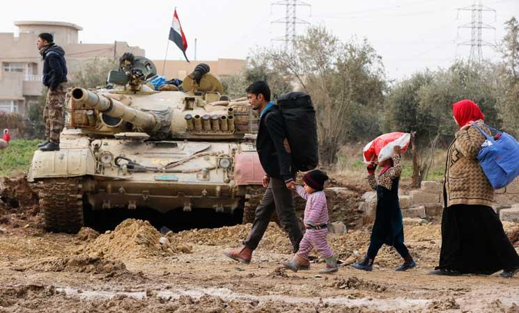 """مع حصار """"داعش"""" في غرب الموصل، قرر المدنيون أن الوقت حان للفرار"""