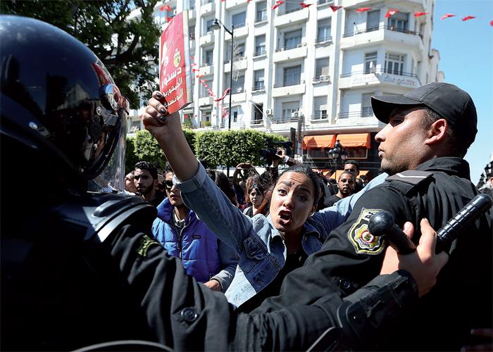 دعم واسع لحكومة الشاهد ضد تسييس الاحتجاجات