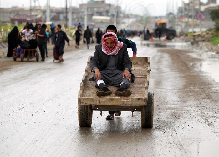 العودة إلى المقايضة تبرز معاناة المدنيين في الموصل الغربي