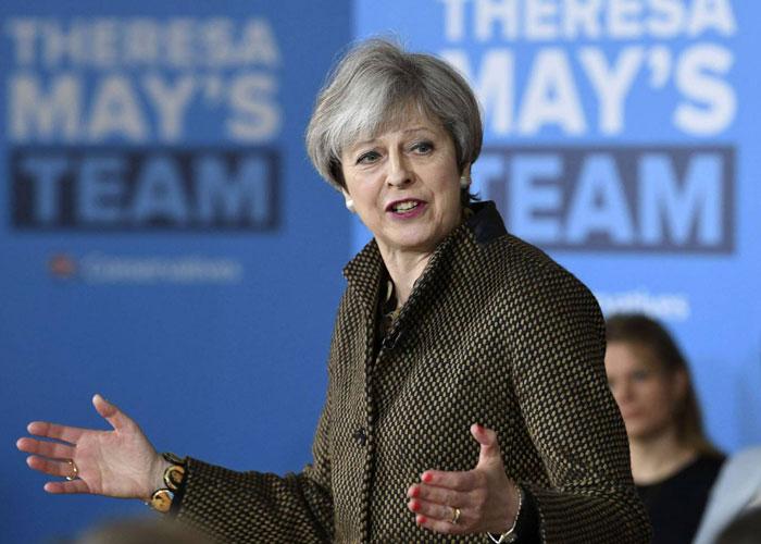 ماي تلوح بخفض الهجرة لضمان تأييد واسع في الانتخابات البريطانية