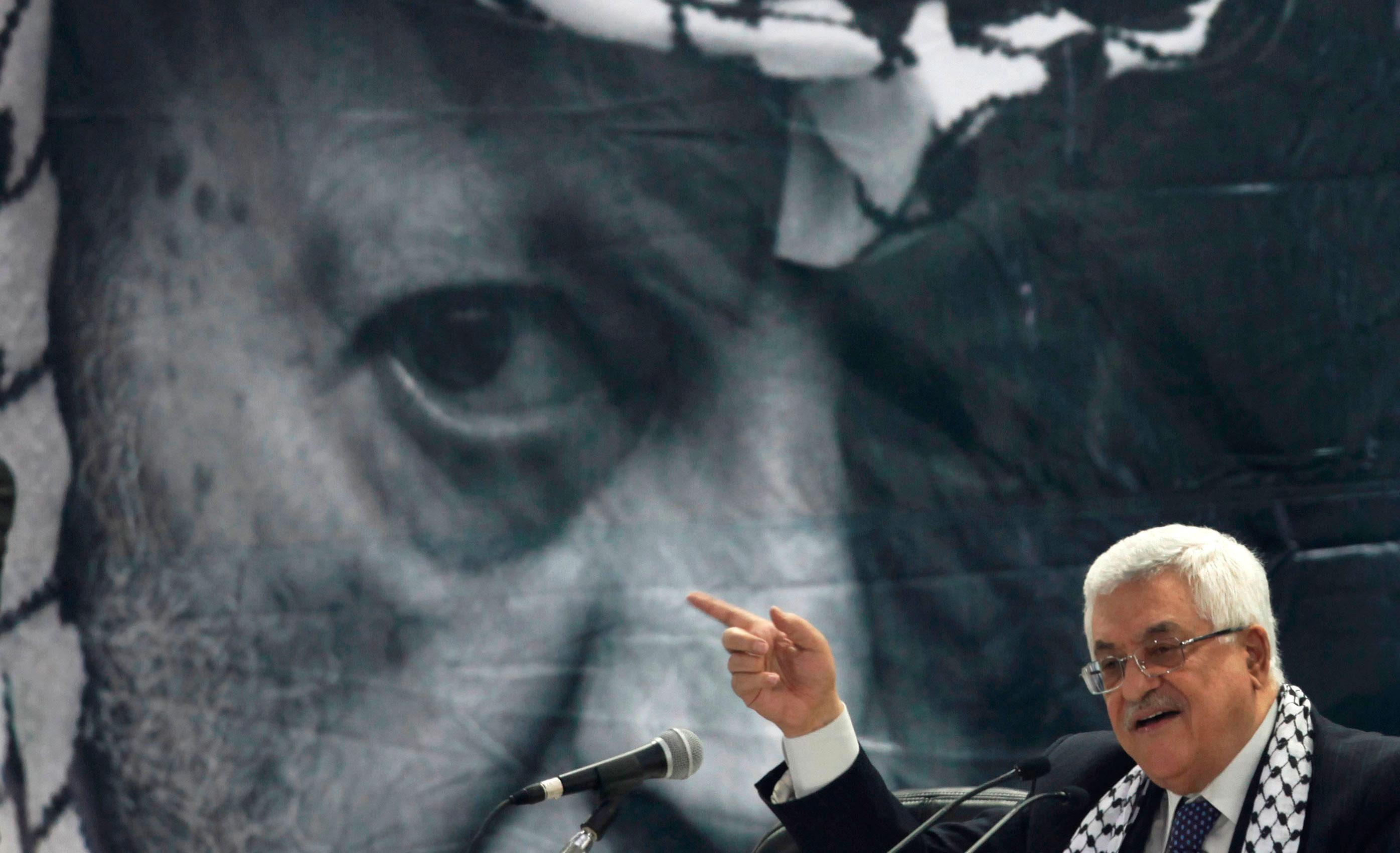 التعليم السياسي لمحمود عباس: كيف حاول الزعيم الفلسطيني الإفلات من شبح ياسر عرفات