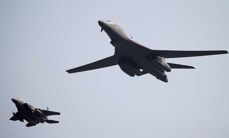 قاذفتان أمريكيتان تحلقان فوق شبه الجزيرة الكورية بعد تجربة بيونغ يانغ الصاروخية