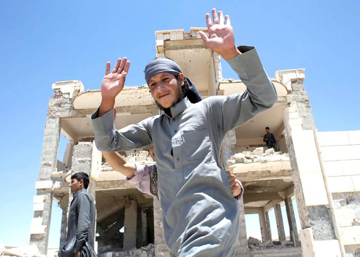معركة الرقة.. الهروب من بندقية داعش إلى مدافع الأكراد