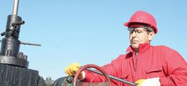 النفط ينتعش على وقع تراجع الدولار والحفارات الأميركية