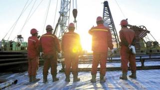 اتفاق «ثالوث النفط» يرفع الأسعار لـ70 دولاراً على المدى المتوسط