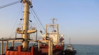 وصول رافعات إلى ميناء الحديدة اليمني لدعم المساعدات