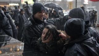 تركيا: شرطة مكافحة الشغب تستخدم القوة لتفرقة مظاهرة نسائية