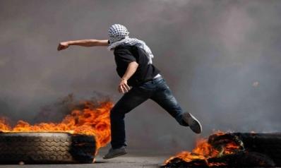«الكاوتشوك الفلسطيني» … وضوح الرؤية وسط الدخان