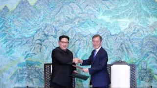 """بيونغ يانغ تشيد بـ """"اللقاء التاريخي"""" والعالم يرحب"""