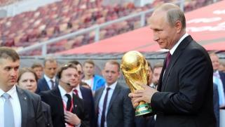 إذا كان الغرب يهدد روسيا بالسلاح النووي فبوتين لديه كأس العالم