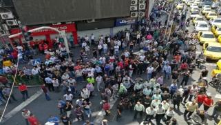 تداعيات العقوبات الأميركية… الأسواق الإيرانية نحو المجهول والعملة تهوي وتصاعد احتجاجات التجّار