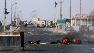 الاحتجاجات تتواصل في البصرة… والعبادي يزورها سعياً للتهدئة
