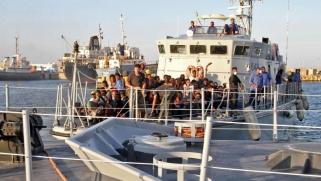 تونس تسمح باستقبال سفينة مهاجرين عالقة قبالة سواحلها