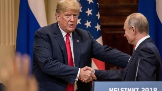 فورين بوليسي: ترامب مصاب بعقدة الأب تجاه بوتين