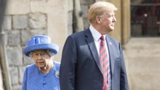 كما تنبأ كثيرون.. ترامب يحرج ملكة بريطانيا بخرق القواعد