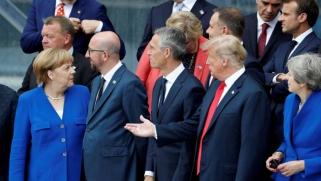 حرب كلامية بين ترامب وميركل تربك قمة الناتو