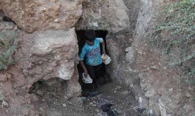 سكان إدلب يحتمون تحت الأرض هربا من الموت
