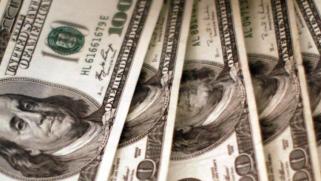 سياسات ترامب تزيح الدولار