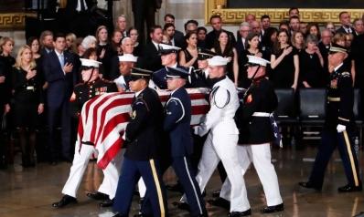 أوباما وبوش يتصدران مراسم وداع ماكين وترامب غير مرحب به