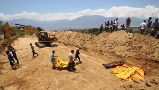 إندونيسيا.. مقابر جماعية لضحايا الزلزال والتسونامي