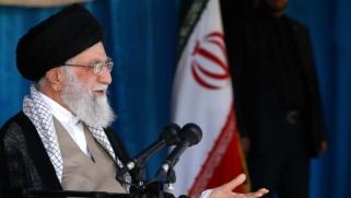 خامنئي يعترف بالوضع الاقتصادي المتأزم في إيران