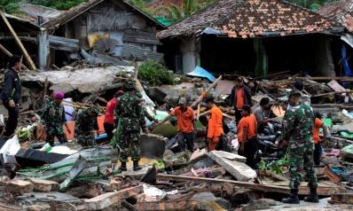 تسونامي إندونيسيا المدمر.. الإغاثة تتواصل وجدل بشأن الأسباب
