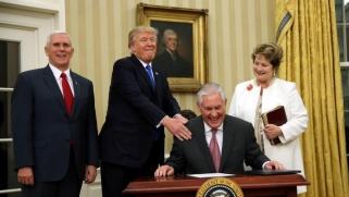 تقلبات ترامب.. تيلرسون كان شخصا رفيعا وأصبح غبيا وكسولا