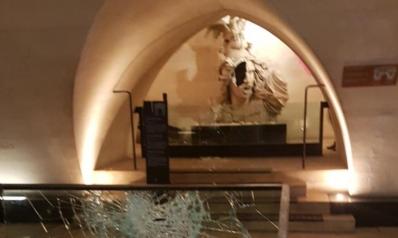 بالصور.. المحتجون يخربون قوس النصر بباريس ويقطعون رأس نابليون