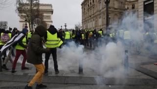 """غاز ومدرعات واعتقالات.. السلطات الفرنسية تجابه """"السترات الصفراء"""" بالقوة"""