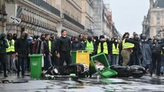 فرنسا تحنّ لثورتها.. اشتباكات عنيفة وعشرات الآلاف يهتفون ضد ماكرون