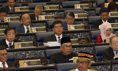 ماليزيا.. تغيير ولاءات الساسة لإحداث توازنات جديدة بالبرلمان