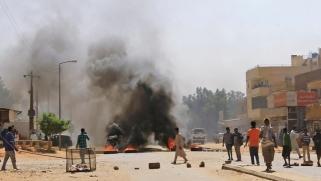مطالب مستمرة بتنحي البشير.. متظاهرون يغلقون طريقا رئيسيا بالخرطوم