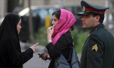 قصة الحجاب في إيران.. إرث الشاه وشرطة العمائم