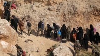 مقاتلو تنظيم الدولة وعائلاتهم يستسلمون بالآلاف في آخر معاقلهم بسوريا