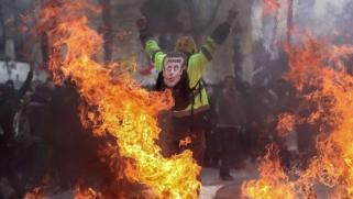 تصعيد السترات الصفراء يعطي زخما جديدا للمظاهرات في فرنسا
