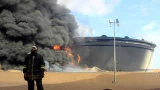 السيطرة على حقول النفط تقلب موازين القوى في الصراع الليبي