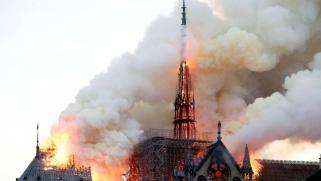 حريق كاتدرائية نوتردام الباريسية يثير المشاعر ويدفع العالم للتضامن