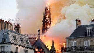 بالفيديو.. حريق مهول يأتي على كاتدرائية نوتردام أحد أشهر معالم باريس