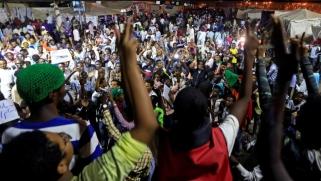 ثوار السودان يختبرون سلاح الإضراب ضد العسكر