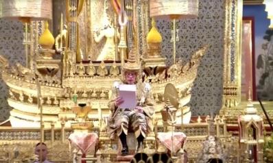 شاهد.. تتويج ملك تايلند.. ذهب وألماس ومياه مقدسة وملايين الدولارات