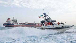إيران تستعرض قوتها في الخليج… وبريطانيا تدرس خيارات الرد