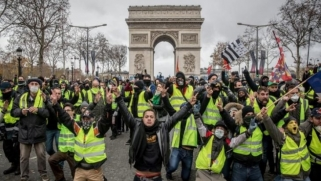 """للأسبوع الـ44.. """"السترات الصفراء"""" تتظاهر في شوارع فرنسا"""