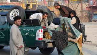 بالتزامن مع زيارة موفد أميركي.. طالبان تتبنى تفجيرا بكابل أوقع عشرات القتلى والجرحى