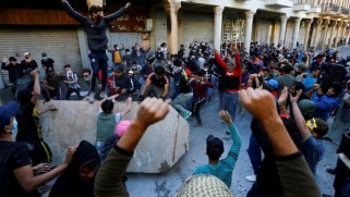 بعد محاولة منع المتظاهرين من عبور جسر التحرير ببغداد.. سقوط عشرات القتلى والجرحى