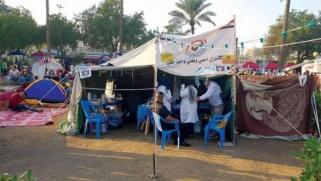 أصحاب «القمصان البيضاء» يسعفون المحتجين